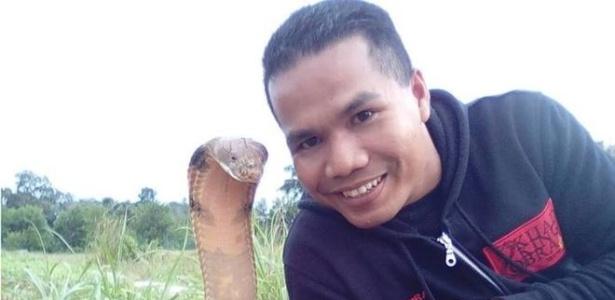 Abu Zarin Hussin tira selfie com uma das suas quatro cobras; ele diz que tenta entender o comportamento do réptil