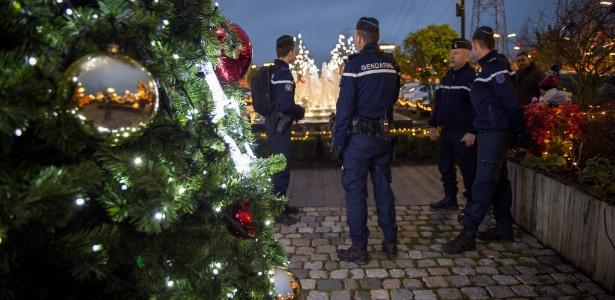 Policiais vigiam mercado de Natal em Tours, na região central da França
