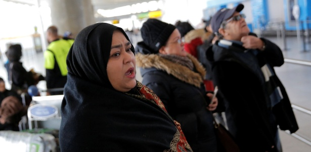 Muçulmana aguarda família desembarcar no aeroporto JFK, em Nova York - Andrew Kelly/Reuters