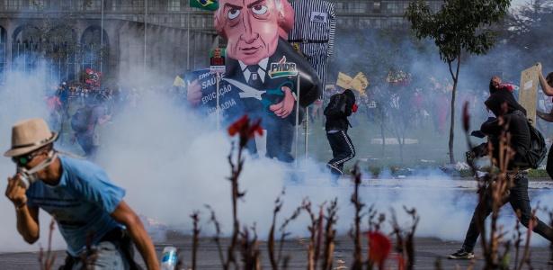 Manifestantes entram em confronto com a polícia durante protesto contra o presidente Michel Temer