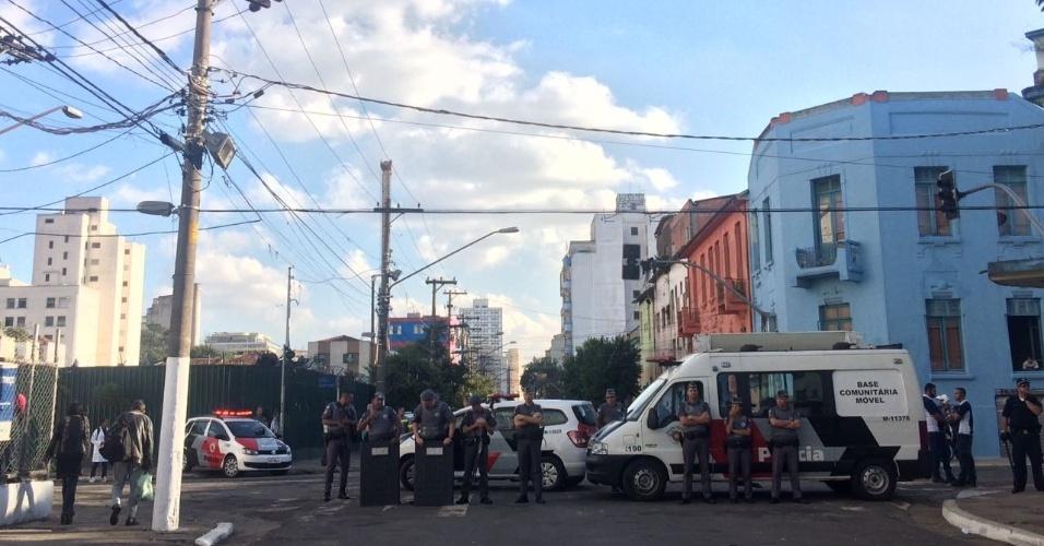 22.jun.2017 - A região onde os dependentes de drogas estão concentrados agora, na rua Helvetia, está cercada por agentes da PM (Polícia Militar)