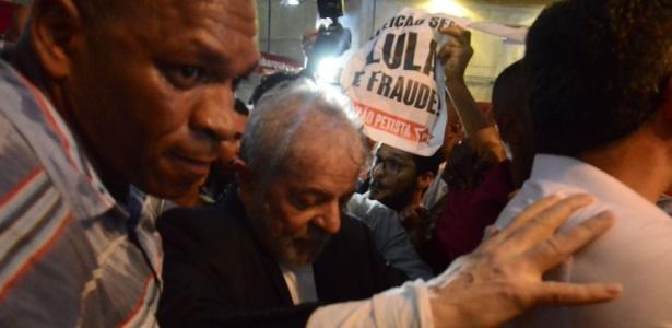 """Lula em evento da caravana na Bahia sob o cartaz """"Eleição sem Lula é fraude"""""""