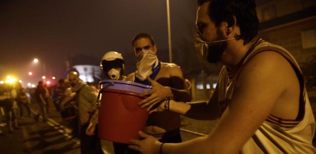 Voluntários foram corrente humana em Vigo, no noroeste da Espanha, para ajudar a combater chamas de incêndio