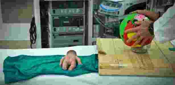 Os médicos realizam simulações com uma bola --o útero-- e uma boneca, com o intuito de aperfeiçoar a técnica usada na cirurgia - Beatrice de Gea/The New York Times - Beatrice de Gea/The New York Times