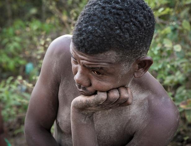 Rapaz da comunidade quilombola que trabalha com areia observa confusão e ameaças a moradores locais