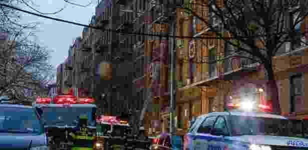 Bombeiros caminham do lado de fora de prédio que pegou fogo em Nova York - Kena Betancur/AFP - Kena Betancur/AFP
