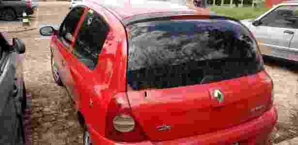 A lataria do carro da família da menina Emile Costa ficou crivada de balas - Reprodução/180 Graus