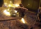Bombeiro agarra criança jogada de edifício incendiado em resgate dramático - BBC