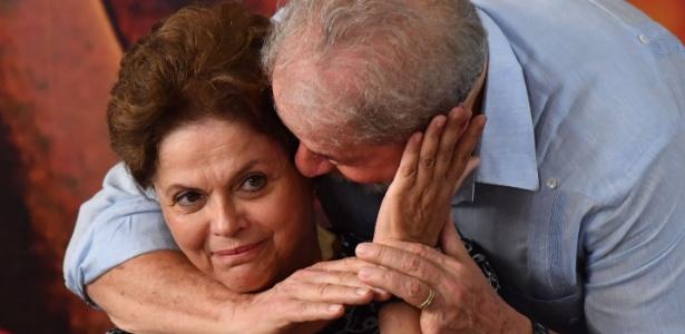 Dilma Rousseff é abraçada por Lula antes de ele ser preso pela PF