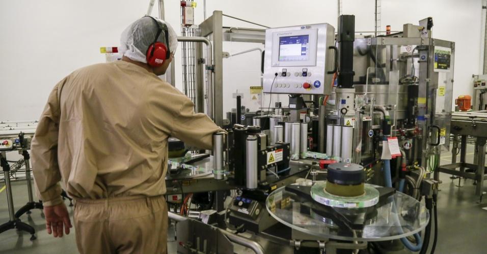 Máquina que rotula papinha da Nestlé