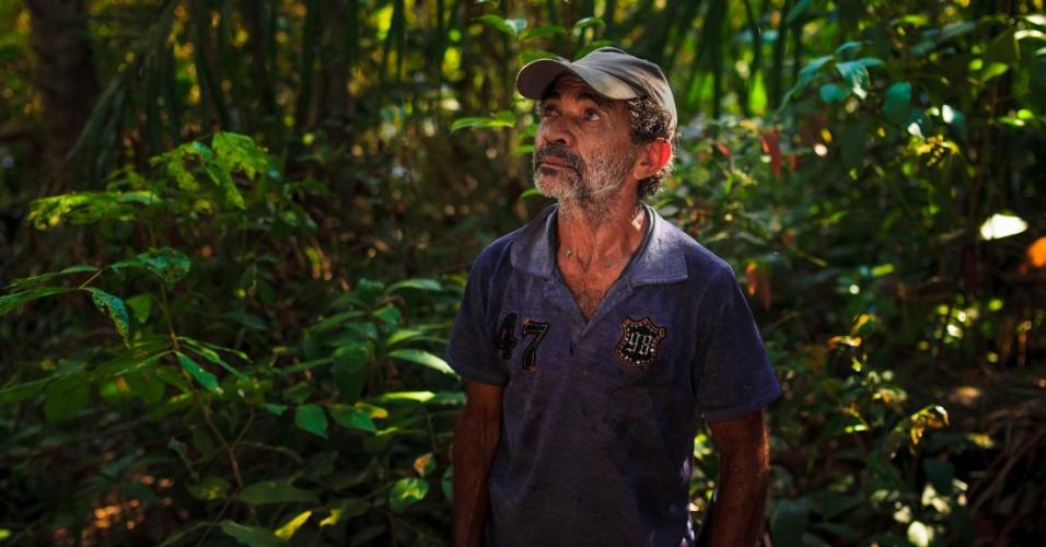 Pedro Dias de Oliveira, 64, olha para o pouco que restou do cerrado no nordeste de Tocantins