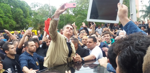 Jair Bolsonaro (PSL) tira selfie com apoiadores em Presidente Prudente (SP), onde faz campanha