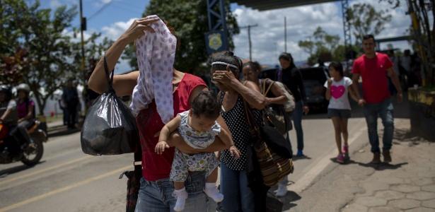 20.ago.2018 - Refugiados venezuelanos cruzam a fronteira em Pacaraima, Roraima - Mauro Pimentel / AFP