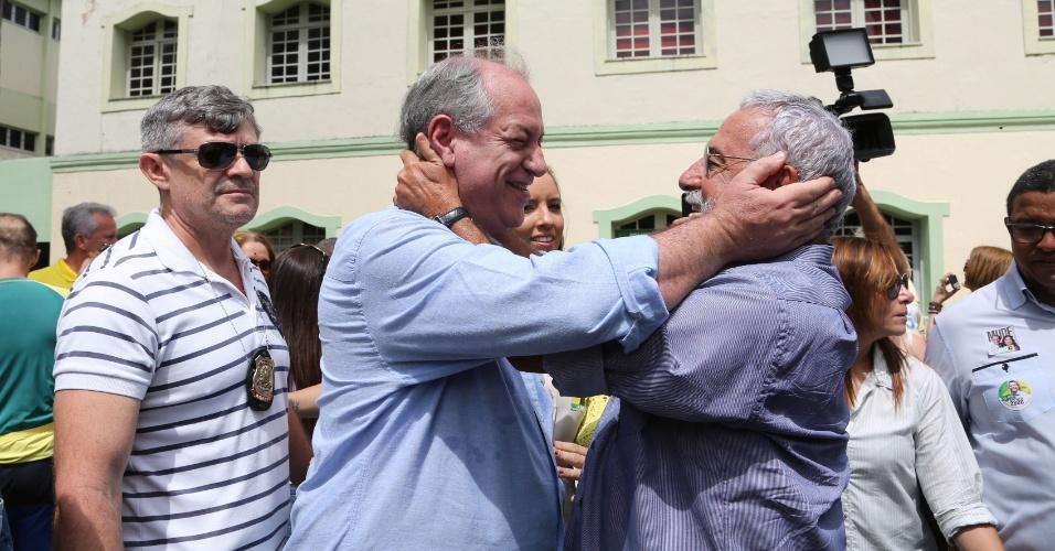 Ciro Gomes cumprimenta eleitorado ao votar em Fortaleza (CE)