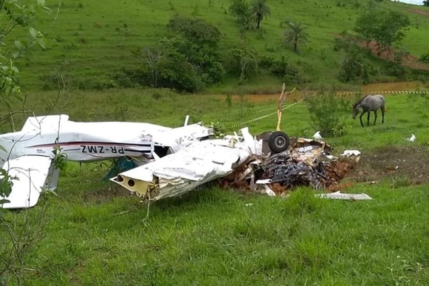 04.nov.2018 -- Cinco pessoas morreram na queda de um avião de pequeno porte neste domingo (4), próximo ao Aeroporto de Patos de Minas, região noroeste de Minas Gerais,