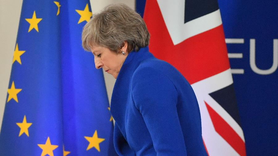 May ainda enfrenta dilemas para tentar aprovar o acordo do Brexit, previsto para acontecer no próximo dia 29 - EMMANUEL DUNAND/AFP