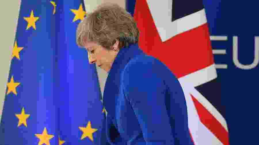 A primeira-ministra britânica Theresa May deixa a entrevista coletiva após reunião do Conselho Europeu que endossou o acordo do Brexit - EMMANUEL DUNAND/AFP