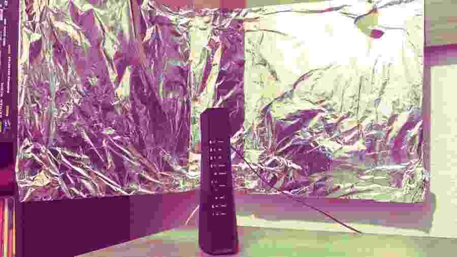 Usar papel alumínio pode ajudar a ampliar sinal do wi-fi - Arte/UOL