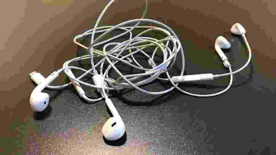 Fios emaranhados são a dor de cabeça de todo mundo que usa aparelhos eletrônicos. - Helton Simões Gomes/UOL Tecnologia