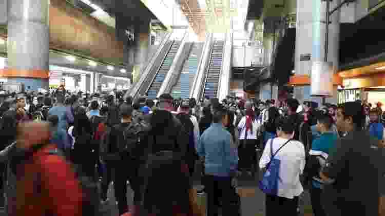 Passageiros em Itaquera se aglomeram à espera da liberação do acesso ao trem - Wanderley Preite Sobrinho/UOL - Wanderley Preite Sobrinho/UOL