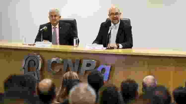 João Luiz Filgueiras de Azevedo (esq.) foi nomeado pelo ministro Marcos Pontes (dir.) em janeiro para presidir o CNPq - Agência Brasil/BBC - Agência Brasil/BBC