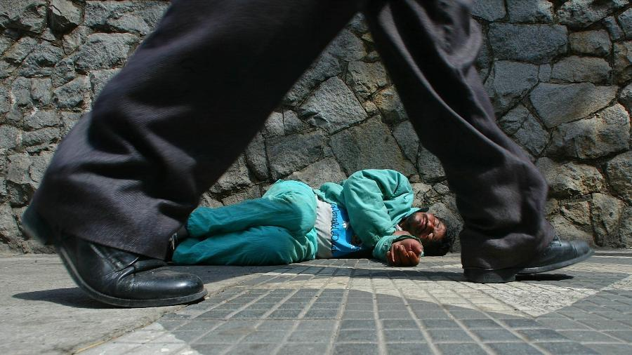 9.ago.2019 - Homem em situação de rua dorme na calçada do Hospital do Servidor Público Municipal, em São Paulo - Antônio Gaudério/Folhapress