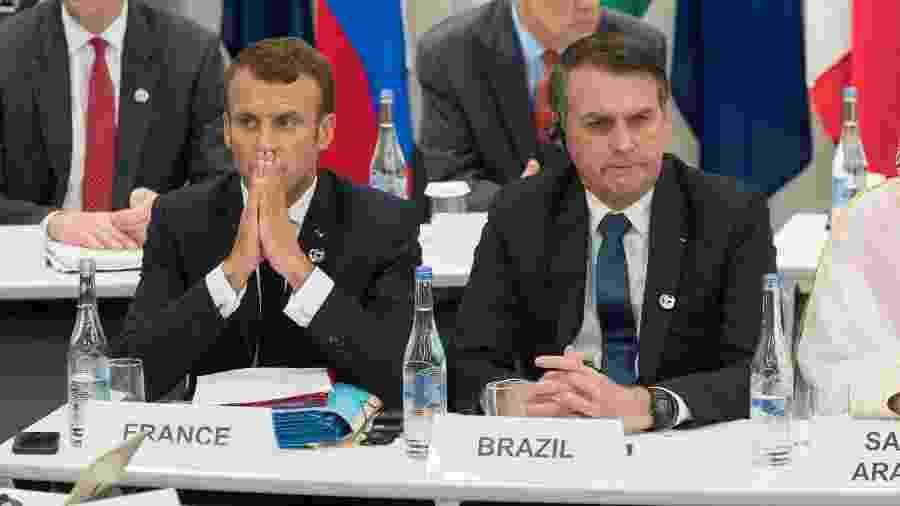 27.ago.2019 - O presidente da França, Emmanuel Macron, e Jair Bolsonaro durante o encontro do G20, em Osaka (Japão) - JACQUES WITT/AFP