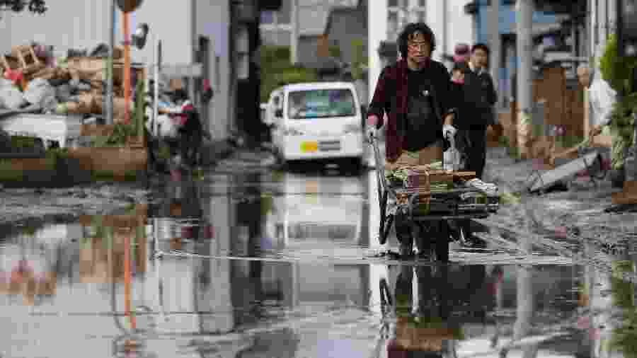 15.out.2019 - Danos causados pela passagem do tufão Hagibis em Nagano, no Japão - STR/Jiji Press/AFP