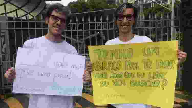 Voluntários seguram cartazes de motivação - Marina Lang/UOL - Marina Lang/UOL