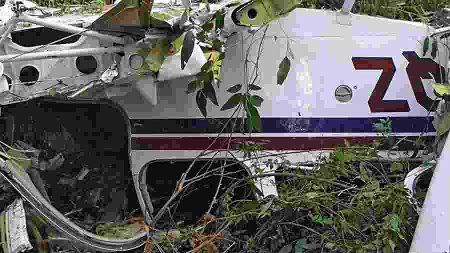 17.nov.2019 - Aeronave de pequeno porte caiu no final da tarde de domingo, em meio a árvores de uma pequena mata, na área rural de Cascavel, Paraná - CGN