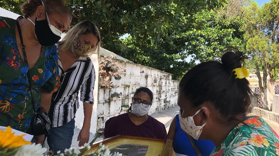 14.abr.2020 - Enterro do técnico de enfermagem Jorge Alexandre de Oliveira Andrade no Rio - Herculano Barreto Filho/UOL