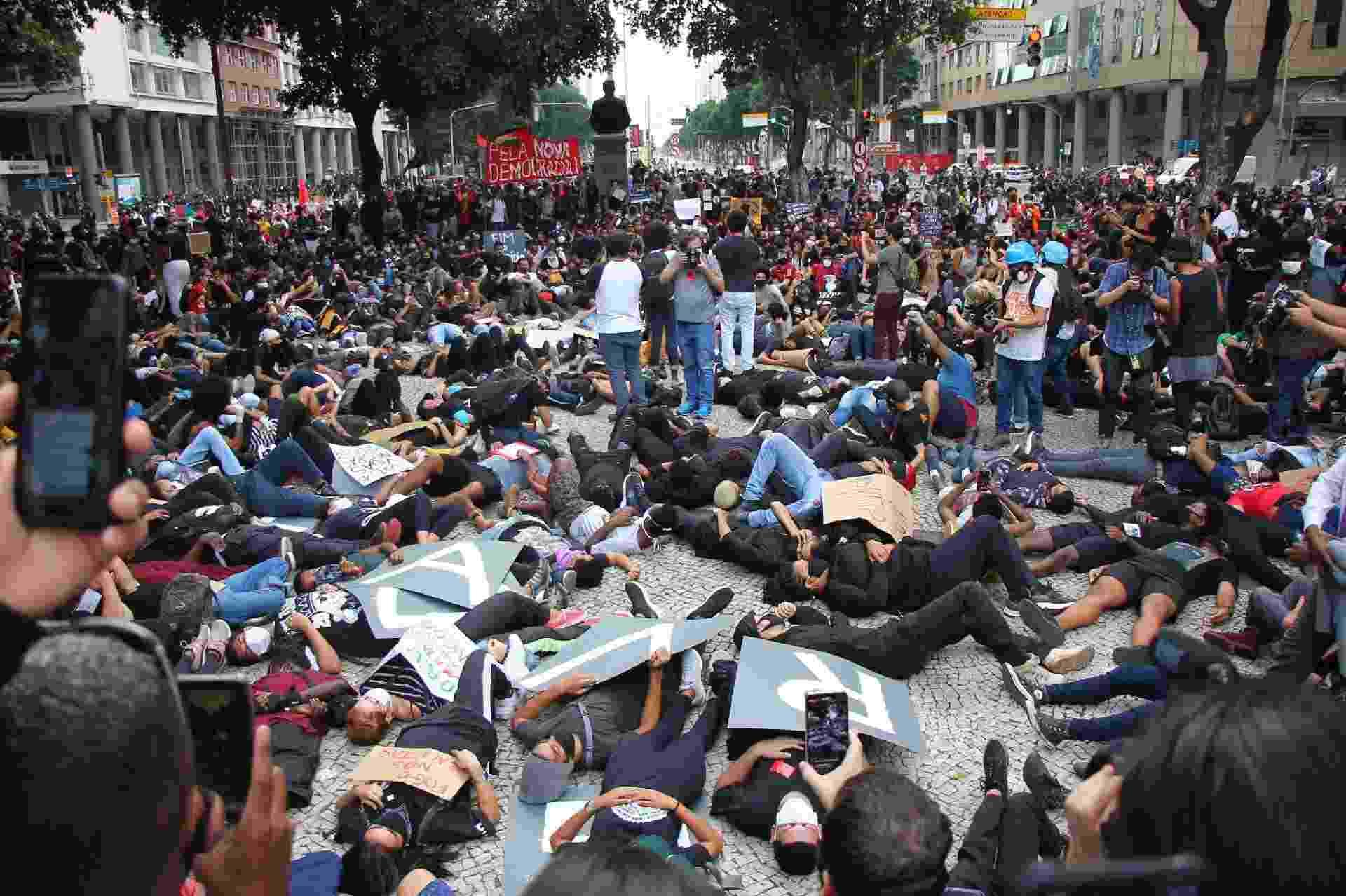 Ato de manifestação e protesto contra a violência racial e abuso de poderes no Centro do Rio de janeiro - IVAN SAMPAIO/FUTURA PRESS/ESTADÃO CONTEÚDO