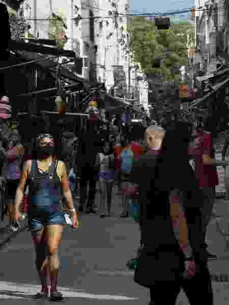 27.jun.2020 - Pedestres passam pela região do Saara, centro de comércio popular no Rio de Janeiro, no primeiro dia de reabertura oficial das lojas de rua da cidade - Dikran Junior/Agif - Agência de Fotografia/Estadão Conteúdo
