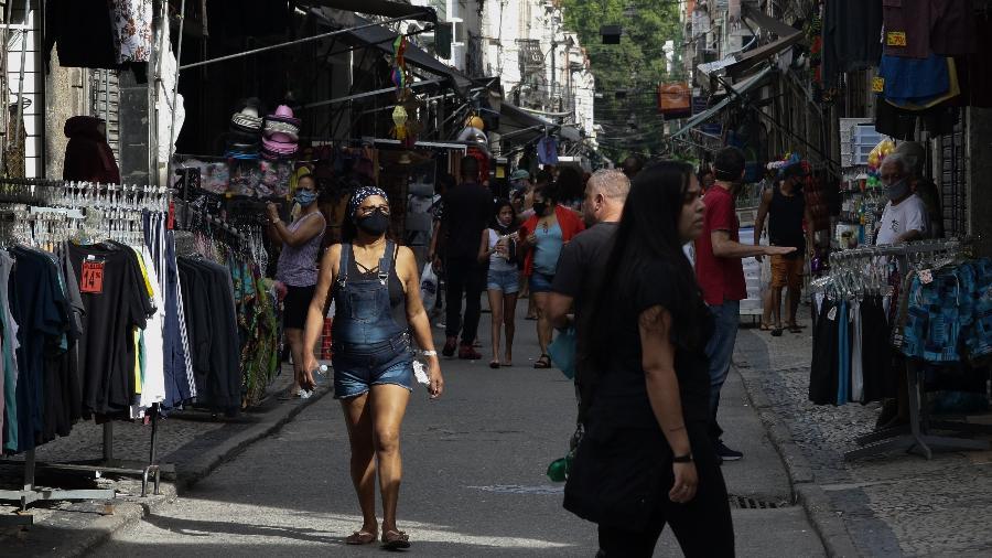 Pedestres passam pela região do Saara, centro de comércio popular no Rio de Janeiro, no primeiro dia de reabertura oficial das lojas de rua da cidade - Dikran Junior/Agif - Agência de Fotografia/Estadão Conteúdo