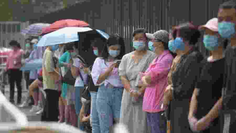 28.jun.2020 - Moradores de Pequim, capital da China, fazem fila para serem testados para covid-19 - Greg Baker/AFP