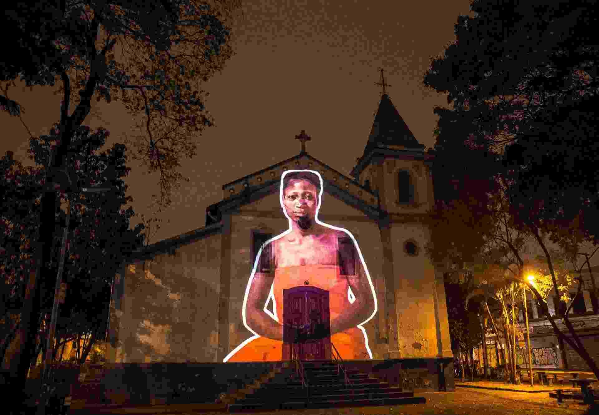 Parte do projeto 'Vozes contra o racismo', o Coletivo Coletores projetou a imagem da líder quilombola Tereza de Benguela na Igreja Rosário dos Homens Pretos da Penha, construída por negros escravizados - Divulgação/Coletivo Coletores