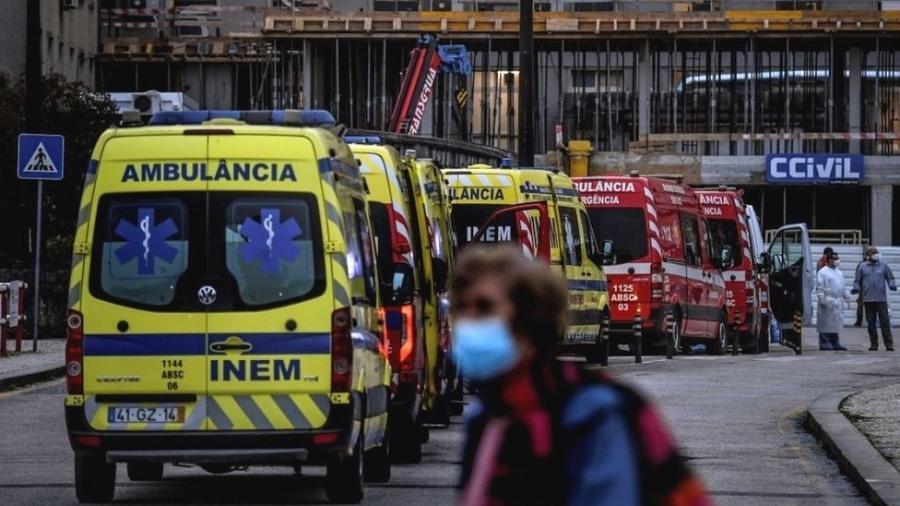 Fila de ambulâncias em um hospital de Lisboa ilustra as dificuldades vividas em Portugal - AFP