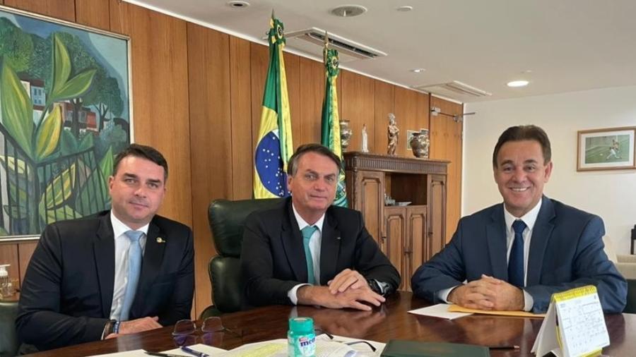 1 jun. 2021 - O senador Flávio Bolsonaro (Patriota-RJ), o presidente Jair Bolsonaro (sem partido) e o presidente do Patriota, Adilson Barroso - Reprodução/Twitter