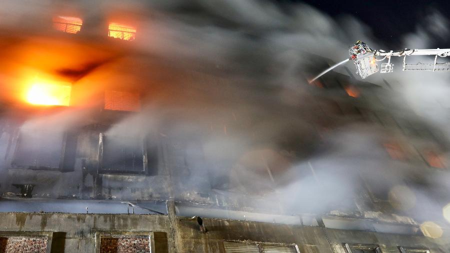Incêndio atinge uma fábrica de alimentos e bebidas de Bangladesh - Mohammad Ponir Hossain/Reuters