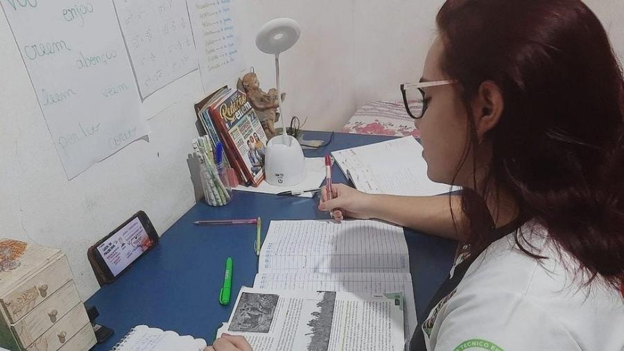 Camila Gonçalves tenta uma vaga no curso de medicina da Universidade Federal de Rondônia. Mas, com redução da renda da família na pandemia, ela teve que deixar a dedicação exclusiva aos estudos para trabalhar - Arquivo pessoal