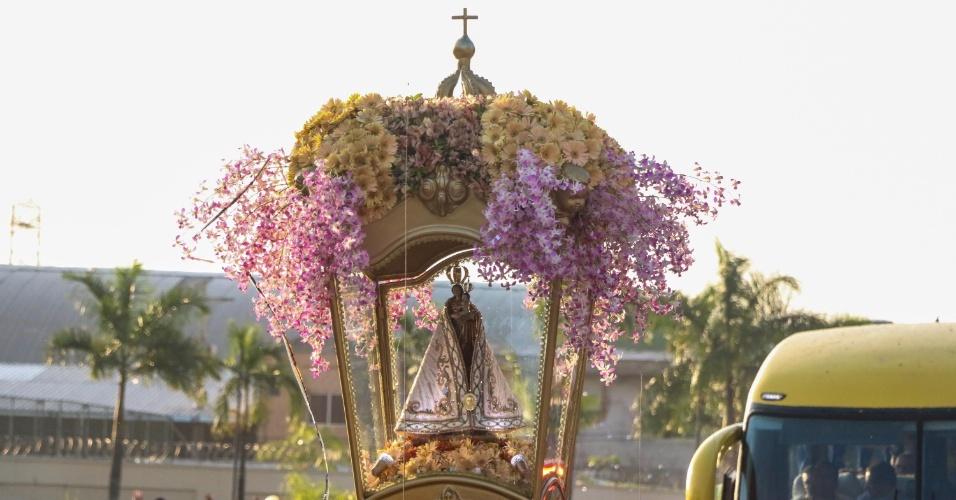 10.out.2015 - Devotos acompanham a passagem da imagem de Nossa Senhora de Nazaré pela rua Augusto Monte Negro, em Belém (PA), na véspera do Círio de Nazaré 2015. A procissão segue em direção ao mercado Ver-o-Peso
