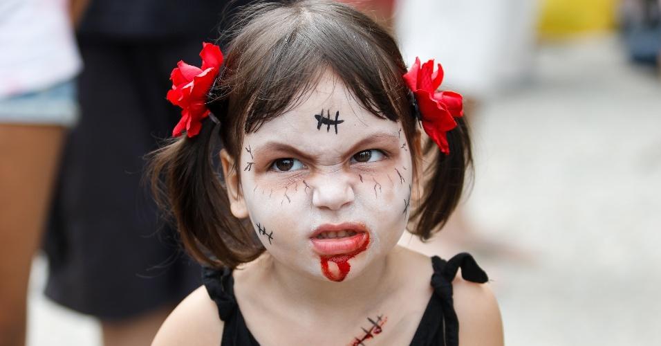 2.nov.2015 - Criança com maquiagem de zumbi participa da Zombie Walk, no Rio. A capital fluminense recebe o evento há cinco anos