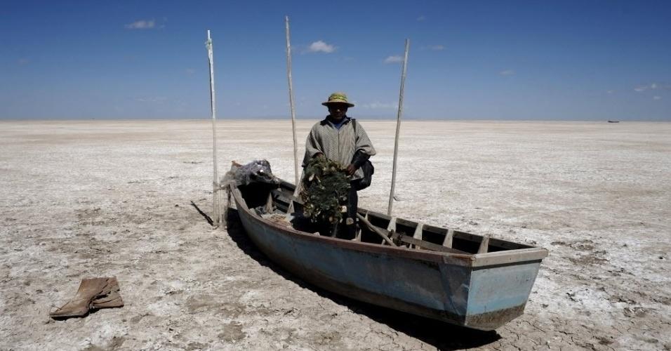 18.dez.2015 - A seca do lago Poopó, em Oruro, na Bolívia, fez com famílias que moravam na região quisessem se mudar. Segundo a Reuters, instituições bolivianas tentam fornecer recursos e suportes para os locais tentarem ter melhor qualidade de vida, mas a ajuda não está sendo suficiente para ajudar a todos