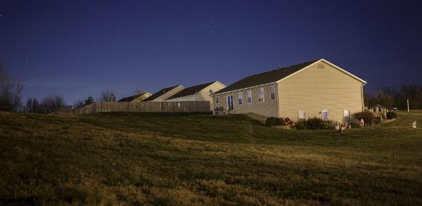 Casas da nova cidade de Valmeyer, em Illinois, cujos moradores se transferiram da várzea do rio para o alto de uma colina após uma inundação em 1993