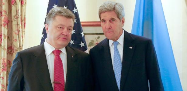 O secretária de Estado dos EUA, John Kerry (dir.), conversa Petro Poroshenko