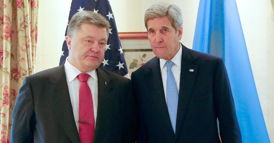 13.fev.2016 - O secretária de Estado dos EUA, John Kerry, fala com o presidente da Ucrânia, Petro Poroshenko, antes de conversações bilaterais na Conferência de Segurança em Munique, Alemanha. O evento vai até este domingo (14). Kerry disse ver uma janela de oportunidade nos próximos meses para poder deter a guerra na Síria e avançar em uma solução política para a crise