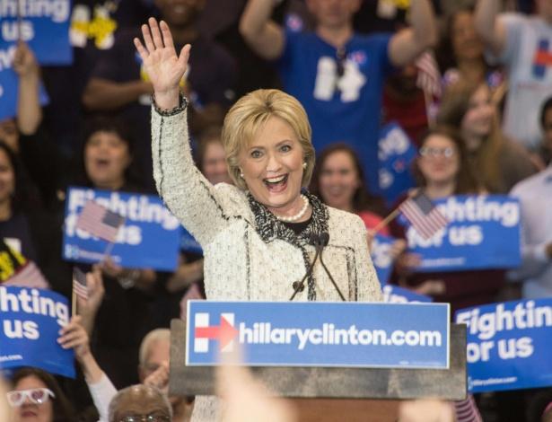 Hillary Clinton acena para simpatizantes após campanha em Columbia, na Carolina do Sul