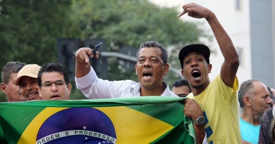 """4.mar.2016 - Manifestantes protestam em frente à casa do ex-presidente Luiz Inácio Lula da Silva (PT) em São Bernardo do Campo (SP). O ex-presidente é alvo de um mandado de condução coercitiva e foi obrigado a prestar esclarecimentos à Polícia Federal. A medida é parte da ação da 24ª fase da operação Lava Jato, batizada de """"Aletheia"""", uma referência a uma expressão grega que significa """"busca da verdade"""""""