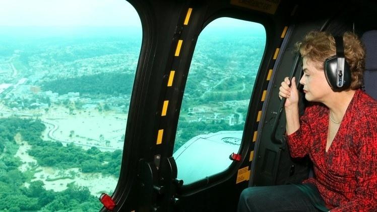 12.mar.2016 - A presidente Dilma Rousseff sobrevoa de helicóptero, neste sábado (12), a área atingida por enchentes após as fortes chuvas dos últimos dias, em Franco da Rocha, na região metropolitana de São Paulo. A presidente se reuniu com o governador Geraldo Alckmin e prefeitos da região para avaliar os estragos causados pelos alagamentos