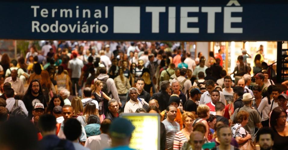 24.mar.2016 - Movimentação intensa de passageiros na Rodoviária do Tietê, na zona Norte da capital paulista nesta quinta-feira, na saída para o feriado prolongado de Páscoa